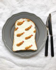 いま、インスタグラムを中心に話題になっている「#柄トースト」をご存知でしょうか。食パンにジャムやクリームなどを使ってフルーツやお料理の柄を描くトーストアートなんです。今回は、そんなキュートな「柄トースト」の作り方をご紹介します。