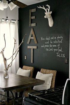 schwarze wände streichen und kreativ gestalten für rustikales wohnzimmer design und moderne küche einrichtung