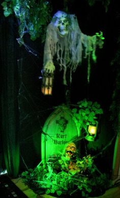 Animate this floating creep with a shiatsu massager so that it rises up/down and… Halloween Tombstones, Halloween Graveyard, Scary Halloween Decorations, Halloween 2013, Halloween Haunted Houses, Halloween Projects, Holidays Halloween, Halloween Prop, Halloween Witches