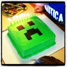 homemade nice minecraft creeper cake with candles for 2015 Halloween party - Go! by daniel_galissot Minecraft Torte, Minecraft Birthday Cake, Easy Minecraft Cake, Minecraft Party Ideas, Minecraft Cupcakes, Minecraft Cake Toppers, Minecraft Food, Minecraft Buildings, Mine Craft Party