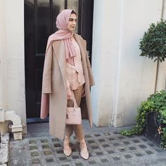 Pinterest: @eighthhorcruxx. Camel and blush pink! Sad times when its Spring but you still have to wear a coat outside 😫🌸