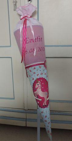 **Schultüte Einhorn aus Baumwollstoff, Bezug für Grössen von 70cm**   Der Bezug ist aus hochwertigen 100% Baumwollstoffen in den Farben hellblau, rosa/bunt genäht und ist mit Borten, Bändern...