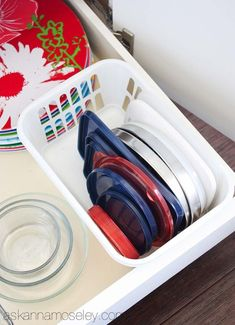 Get The Scoop On Tupperware Storage Organization Dollar Stores Before You're Too Late 17 Tupperware Storage, Tupperware Organizing, Lifehacks, Plastik Box, Organizing Your Home, Organising, Organizing Ideas, Organizing Drawers, Lid Storage