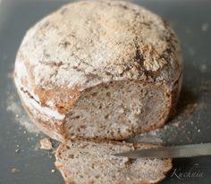 Chleb na zakwasie żytnim z mąk mieszanych. Lekko wilgotny z chrupiącą grubą skórką, długo utrzymuje świeżość. Ten chleb potrzebuje czasu, ale nie przerażajcie się, nie jest pracochłonny! Po prostu, wieczór przed pieczeniem chleba trzeba zrobić zaczyn i dać mu przynajmniej 10 godzin popracować. Nasza praca polega na dosypywaniu składników i mieszaniu ich. Później tylko pieczenie...Read More » My Favorite Food, Favorite Recipes, Our Daily Bread, Polish Recipes, Holiday Desserts, Sweet Bread, Bread Baking, Food Inspiration, Bread Recipes