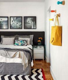 Super suave, a cabeceira da cama preta junto a um jogo de lençóis escuros é gótico na medida certa. | 21 dicas de decoração para uma casa gótica suave