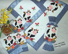 Conjunto composto por 6 peças, todas quiltadas e com forro 100% algodão.  Trilho, 2 panos de copa,puxa-saco,2 panos de fogão As peças podem ser vendidas separadamente. Cores e aplicações podem variar de acordo com a sua preferência. R$ 414,49