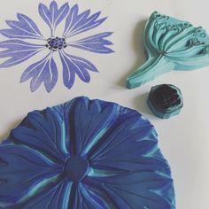 Bleuet en quelque sorte... . . . #stamp #tampon #flowers #rubberstamp #printing #gravure #linocut #linogravure #bleue