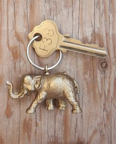Heb je nog wat oude, plastic speelgoeddiertjes liggen? Niet weggooien. Maak er sleutelhangers van. Flairathome.nl legt uit hoe.