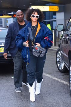 Rihanna was seen rocking a Vetements x Alpha Industries bomber jacket while arriving at JFK in NYC. The pop star was also rocking Palace sweatpants and carrying a Rihanna x Puma furry weekender bag, along with a Dior bag Rihanna Mode, Rihanna Street Style, Celebrity Airport Style, Rihanna Fenty, Rihanna Outfits, Sporty Outfits, Fashion Outfits, Travel Outfits, Comfy Airport Outfit
