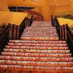 Die strahlenden Caesarstone Treppen haben eine edle Ausstrahlung. Caesarstone Treppen wirken auf jeden Besucher einladend.