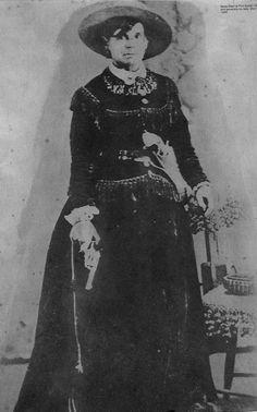 """* Belle Starr *  c.1880's. <Myra Maybelle Shirley Reed Starr> (* Carthage, Missouri, February/05/1848 - King Creek, Oalahoma, February/03/1889). For-da-Lei, Ladra de Cavalo. Associada à Gang de """"James Young"""" e de outros Fora-da-Lei."""