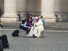 El Santo Padre confesando en la Plaza de San Pedro. ¡¡Dios lo bendiga!!