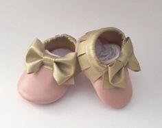 Baby moccs parecchi colori disponibili di GabisHeadbands Scarpe Per  Bambine ed6afd33db2