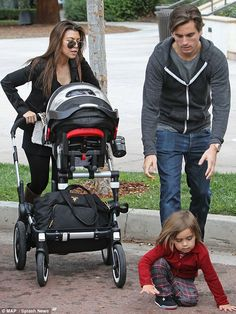 Scott Disick and Kourtney Kardashian with mason en Penelope #BugabooLovers #Bugaboo Donkey