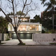 Completed in 2017 in San Isidro, Argentina. Images by Santiago Donovan. The House is located in a batch of 21,60 meters long, with a significant slope of 8,50 meters from the +/-0,00 to its highest point in the gully of...