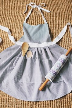 DIY: apron I like how it holds a wooden spoon for when it's time to spank the kids. lol j/k but for real.
