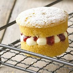 Mini Victoria Sponge Cakes - tried these today, great recipe - they've turned out brilliantly, now to fill them with jam and cream...