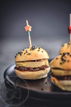 Mini burgers with foie gras and fig confit – 30 easy-to-make aperitif recipes - Burger Tapas, Brunch Appetizers, Brunch Buffet, Sandwiches, Food Porn, Food And Drink, Favorite Recipes, Hamburgers, Mini Sandwiches