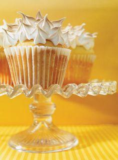 Recette de Ricardo: Cupcakes meringués fourrés au citron. Un succulent déssert qui ne passera pas inaperçu.  Ingrédients: cupcakes à la vanille, meringue italienne.