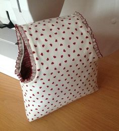 Momentos de Costura: Tutorial bolsas guarda labores de ganchillo Sewing Hacks, Sewing Tutorials, Sewing Crafts, Crochet Storage, Handmade Bags, Beautiful Bags, Bag Making, Purses And Bags, Projects To Try