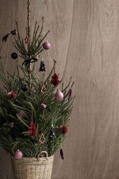 Broste Copenhagen Styling: Marie Graunbøl Photo: Line Thit Klein Danish Christmas, Christmas Mood, Noel Christmas, Scandinavian Christmas, Little Christmas, Country Christmas, All Things Christmas, Christmas Crafts, Christmas Interiors