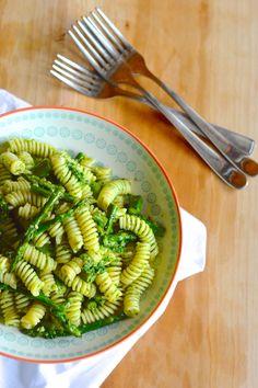 Pasta con pesto di rucola e asparagi http://lapanciadellupo.blogspot.it/2014/04/pasta-con-pesto-di-rucola-e-asparagi.html