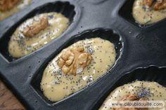Préparation de madeleines salées : Fourme d'Ambert et aux noix.