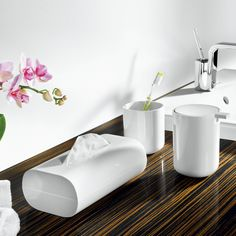 Fraaie blikvanger – de witte badkameraccessoires van Alessi. Niets verstoort het strakke design.