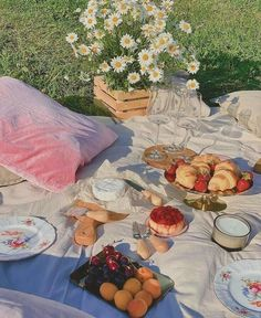 Spring Aesthetic, Nature Aesthetic, Aesthetic Food, Aesthetic Outfit, Couple Aesthetic, Picnic Date, Summer Picnic, Garden Picnic, Comida Picnic