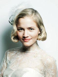 コサージュの位置でスタイルに表情をつけて ウェディングドレス・カラードレスに合う〜ボブの花嫁衣装の髪型まとめ一覧〜