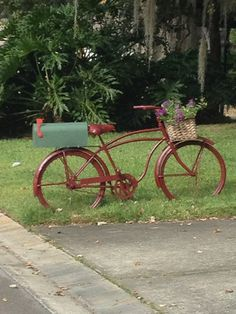 Mailbox bicycle My neighbor's creative idea. This is really cute and practical. But needs to be in a planter so you can mow and not trim Mailbox Planter, Mailbox Garden, Diy Mailbox, Mailbox Landscaping, Mailbox Post, Mailbox Ideas, Country Mailbox, Unique Mailboxes, Funny Mailboxes