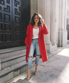look com calça jeans, tshirt e casaco vermelho look with jeans, tshirt and red coat Pin: 564 x 705 Mode Outfits, Fall Outfits, Summer Outfits, Casual Outfits, Fashion Outfits, Jeans Outfit Winter, City Outfits, Outfits 2016, Dress Winter