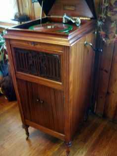 This photo is of a Colonial wind-up phonograph posted by Gary ...