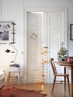 Jul på IKEA 2014: Strössla med glitter i varje vrå – det är minst lika stämningsfullt som den klassiska röda och gröna julen! STRÅLA LED ljusslinga.