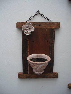 Placa em madeira de demolição com vaso