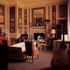 Retro-wnetrze od Davida Hicksa.   David Hicks był najbardziej wpływowym projektantem w latach 60-tych i 70-tych. Zaczął od projektowania dywanów w 1963 roku, których wzory były później kopiowane i rozpowszechniane na wielu innych produktach. W 1969 roku zajął się projektowaniem wnętrz dla bogatych klientów na Manhattanie. Jego talent dostrzegli właściciele Hotelu Okura w Tokio czy Król Arabii Saudyjskiej, dla którego zaprojektował wnętrze jachtu.