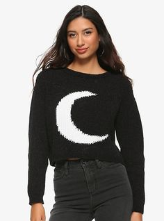 This cropped black sweater is supersoft and features a white crescent moon on the front and a dropped shoulder fit. Perfect for all your winter witchy looks. Bauchfreier Pullover, Cropped Pullover, Girls Crop Tops, Plaid Pajamas, Crop Top Sweater, Moon Child, Size Model, Black Sweaters, Black And White