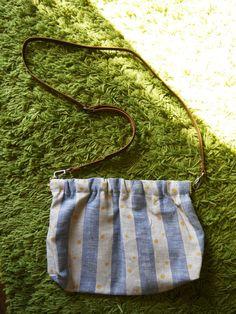リネンの生地を使用したショルダーバッグです。優しい手触りと軽さ、ナチュラルな風合いがポイントです。自然なリネン色/ブルーのストライプに、手描きでゴールドのドッ...|ハンドメイド、手作り、手仕事品の通販・販売・購入ならCreema。