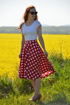 I'd like to introduce to you street chic garments what are printed in ginghams. Modest Outfits, Modest Fashion, Fashion Outfits, Fashion Fashion, Street Style Chic, Gingham Skirt, Checkered Skirt, Red Gingham, Mode Simple