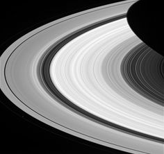 aneis de saturno luas > De longe, os anéis de Saturno parecem uma coisa sólida, homogênea e contínua. No entanto, um exame mais detalhado da sonda espacial Cassini mostra que a história não é bem essa. O que as leituras indicam é que existem estruturas variadas nos anéis em quase todas as escalas imagináveis.