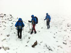 Carlos Soria y su equipo han cruzado el glaciar Ngozumba de camino  a su siguiente destino de la Region del Everest: la minúscula  población de Dragnag, a 4.700 metros de altura. La expedición ha  sufrido una fuerte nevada durante las 4 horas de travesía.  Mañana espera una de las etapas mas duras de esta fase de  aclimatación, con un trayecto de madrugada de 10 horas hasta alcanzar  la localidad de Dzonglha, a 4.830 metros, atravesando el paso  montañoso Cho La Pass, a 5.400 metros de…