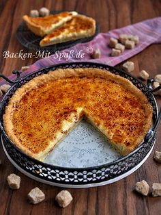 Crème brûlée- das klassische Dessert- auf einem Mürbeteigboden. Oben eine knusprige Zuckerschicht, in der Mitte eine weiche Eier- Sahne- Creme...