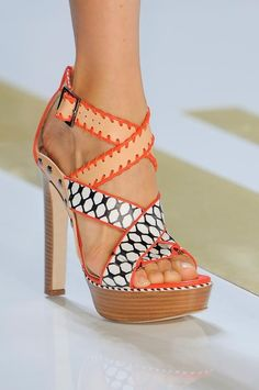 ZsaZsa Bellagio: New York Fashion Week: Diane von Furstenburg. These are so fun! They look like paper doll shoes. Hot Shoes, Crazy Shoes, Me Too Shoes, Outlet Michael Kors, Handbags Michael Kors, Mk Handbags, Louboutin Wedding, Zapatos Shoes, Shoes Heels