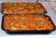 Ingredienti per 6 persone: 600 gr di pasta corta (penne o maccheroncini) 400 gr. di carne magra tritata, 200 gr di pisellini freschi o surgelat