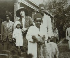 Karen Blixen with Farah, his sons Saufe, Ali & Tumbo. Out Of Africa, East Africa, Kramer Vs Kramer, Karen Blixen, The English Patient, Dances With Wolves, Story People, Photo Postcards, Historical Photos