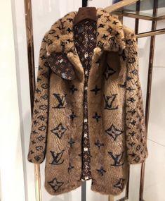 Louis Vuitton Monogram Canvas Artsy MM Bag Handbag Made in France – The Fashion Mart Fur Fashion, Fashion Killa, High Fashion, Luxury Fashion, Winter Fashion, Fashion Outfits, Womens Fashion, Fashion Trends, Ropa Louis Vuitton