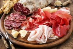Si tienes asma no comas carnes procesadas. Los embutidos y carnes procesadas como el  salami, el salchichón, algunos tipos de salchichas y alimentos  precocinados son ricos en nitratos.