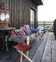 Denne gotlandske bolig kan noget helt særligt! Se, hvordan du kan forene udeliv med indendørs hygge i denne rustikke bolig.