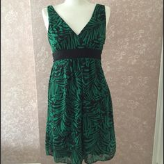 NEW Double V-Neck Dress Petite 6P Green Print New With Tag Connected Petites Double V-Neck Dress Petite 6 Green Black Nature Print attached Black Belt Sheath Lined  Side Zipper 100% Polyester Gorgeous for events! Trades Connected Petite Dresses Mini