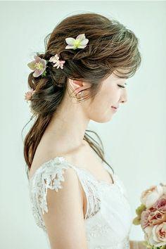 生花はランダムにつけると動きが出て華やかさがアップ!/Side Wedding Girl, Headdress, Wedding Hairstyles, Hair Makeup, Wedding Inspiration, Hair Beauty, Hair Styles, Flowers, Image